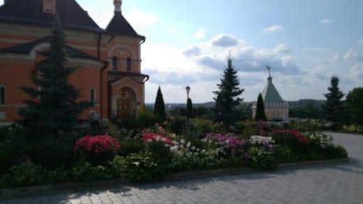 цветы у храма