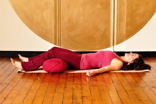 лежать на полу