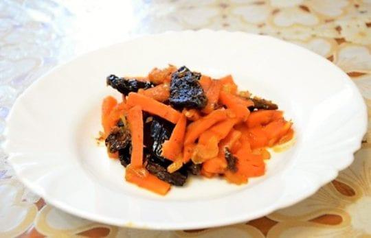 Запеченная морковь с черносливом