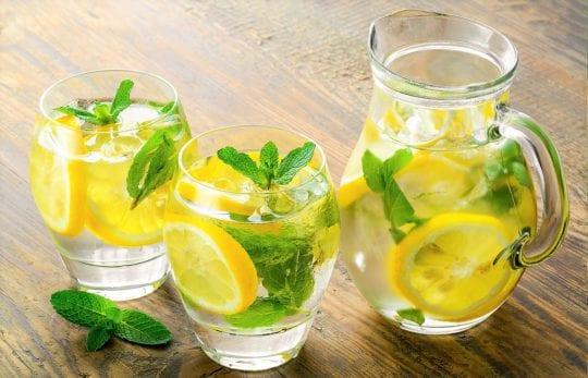 вода с лимоном на тощах