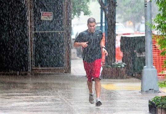бег по улице в дождь