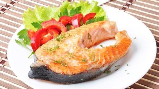 запечённый рыбный стейк с овощами
