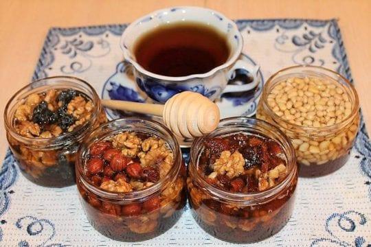 орехи и зеленый чай с мёдом