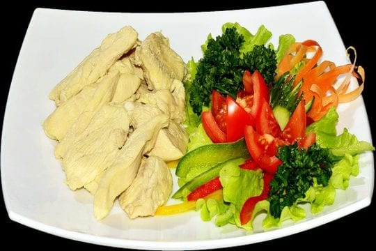 отварная куриная грудка, свежие овощи