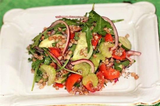 салат из свежих овощей с гречей