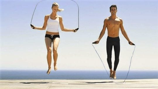 Упражнения со скакалкой для похудения мужчинам и женщинам