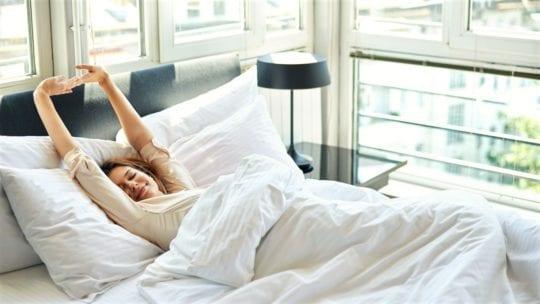 потянуться в постели