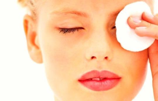 снимать макияж с глаз