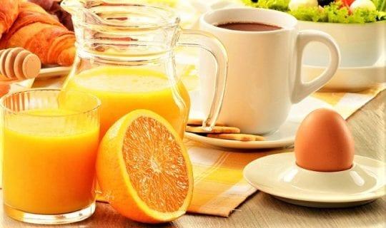 яйцо апельсин и чашка несладкого чая