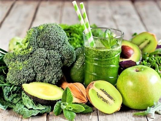 на столе брокколи и фрукты