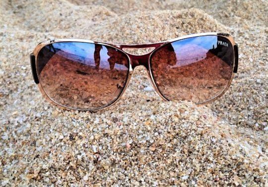очки на пляже