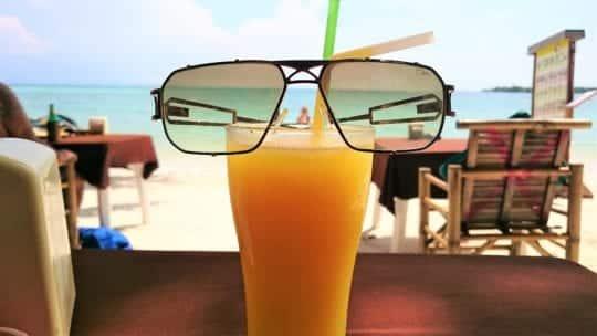 манго шейк на пляже